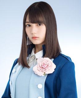 青い衣装を着た小坂菜緒